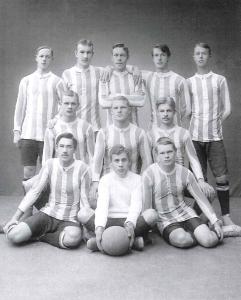 Parikymmentä vuotta myöhemmin Ilveksen perustanut Niilo Tammisalo HJK:n maalivahtina vuonna 1911.